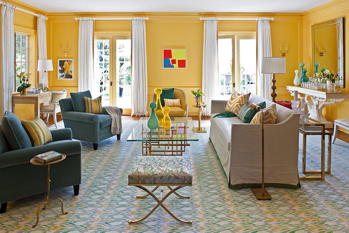 Wohnzimmer in fröhlichen Farben, Wandfarbe Gleb, Möbel in Blau und Beige, weiße Vorhänge