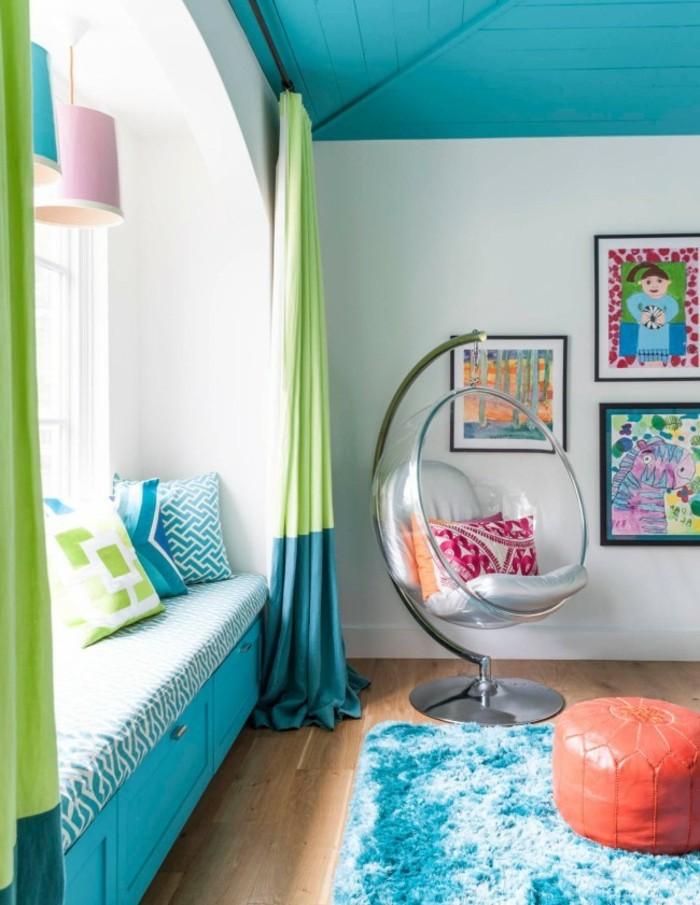 Schlafzimmer Inspiration, runder durchsichtiger Stuhl, Decke und Schränke in Türkis