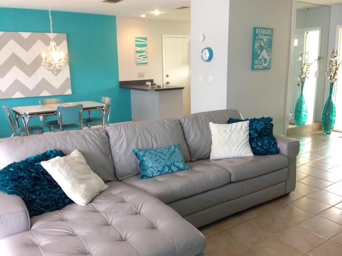 wandgestaltung in blau, grau und weiß, wandbild idee, vasen, blau, kissen, blau, weiß