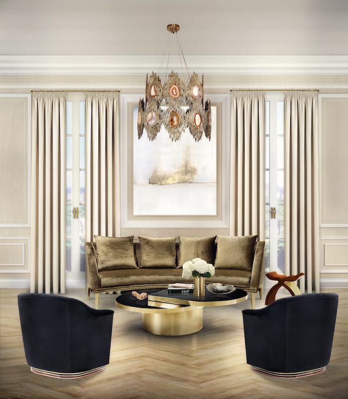 Edle Wohnzimmereinrichtung, schwarze Sessel ,Sofa in Golden, weiße Vorhänge, verspielter Kronleuchter