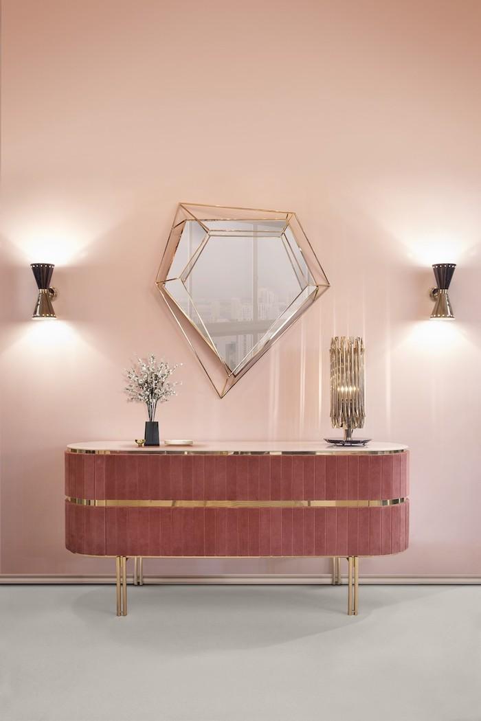 Wandfarbe Zartrosa, Spiegel in Form von Diamant und Wandlampen, Schminktisch in Bordeaux