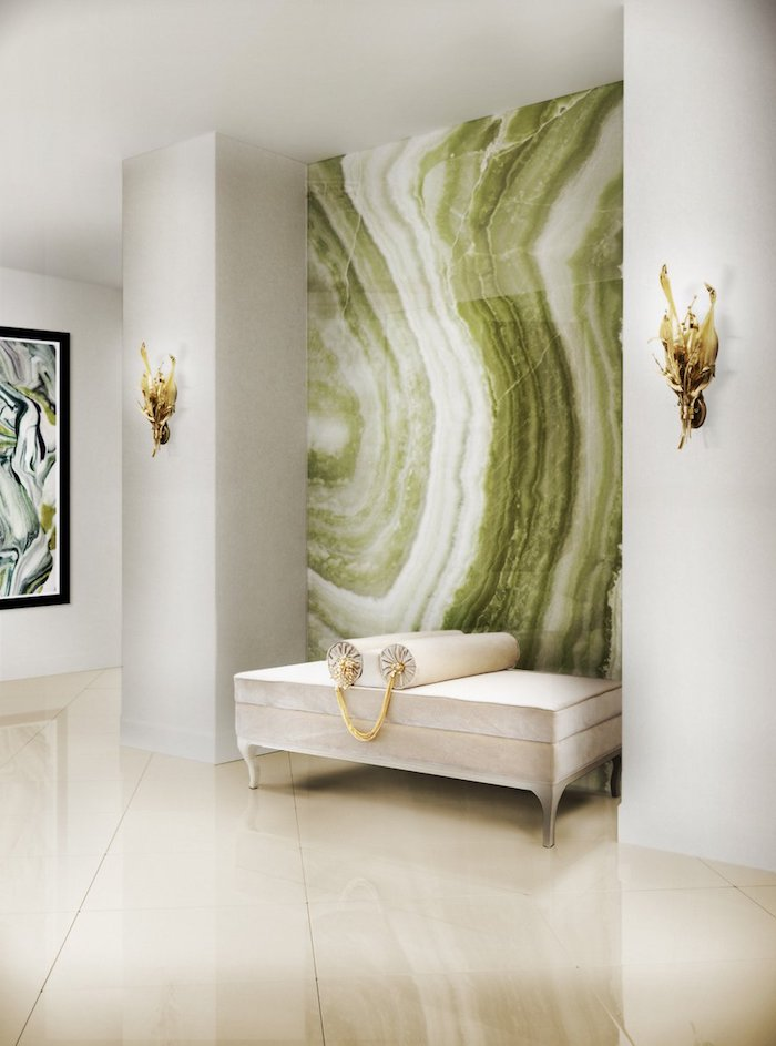 Wohnzimmer in Weiß und Grün, Gemälde und Wandlampen, weißes Sofa und Fliesen
