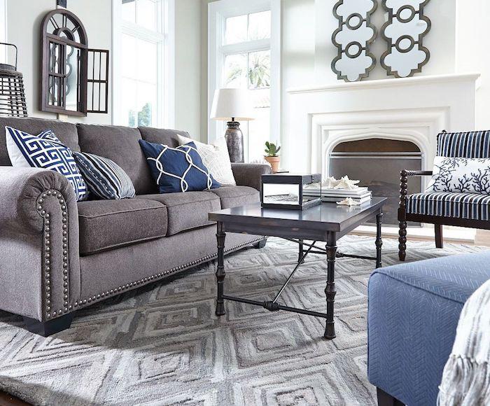wandfarbe grau schön gestalten, graue einrichtung, sofa mit kissen verzieren, wanddeko ideen