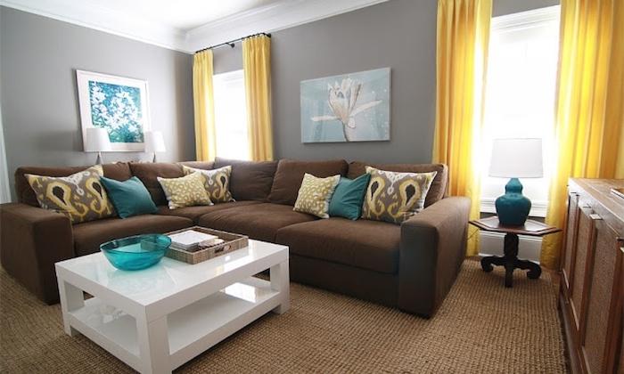 wandfarbe grau mit gelben vorhängen kombinieren, braunes sofa, blaue kissen, gelbe kissen deko ideen