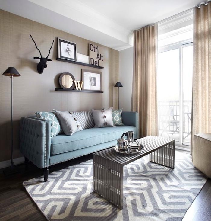 wandfarbe grau, ideen zum dekorieren, deko gestaltung, elchkopf, regale mit bildern und ideen