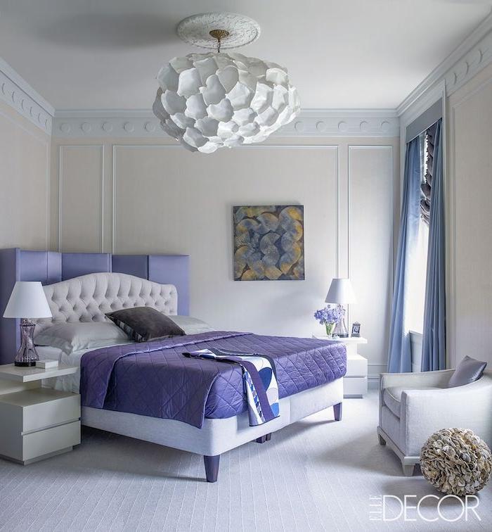 deko für schlafzimmer, zimmerdesign in weiß mit lila dekorationen, lampe, sessel, wandbild
