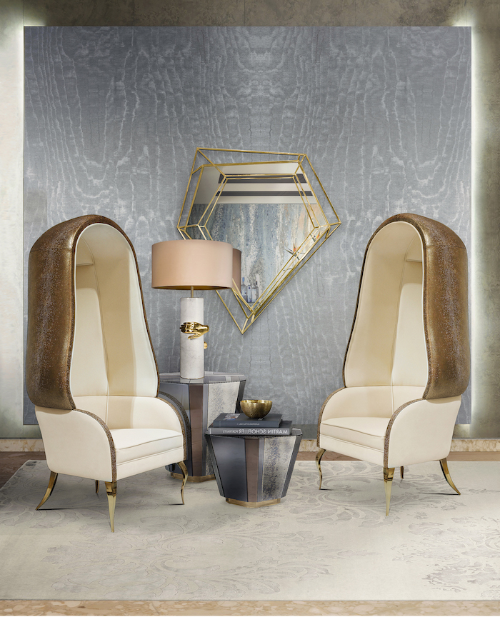 Edler Einrichtungsstil, Lederstühle und kleiner Couchtisch, Spiegel in Form von Diamant, Wandfarbe Grau