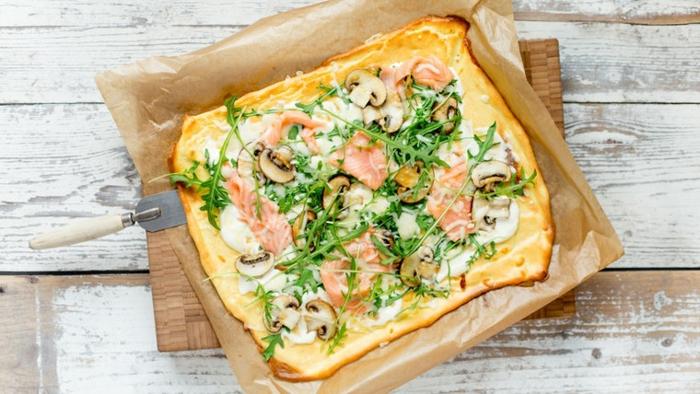 kohlenhydratarmes essen, garnellen mit champgnons und ruccola, blumenkohlpizza