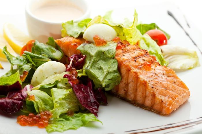 lachs mit salat zum abend oder mittagessen, kohlenhydratarmes essen, soße mit jogurt