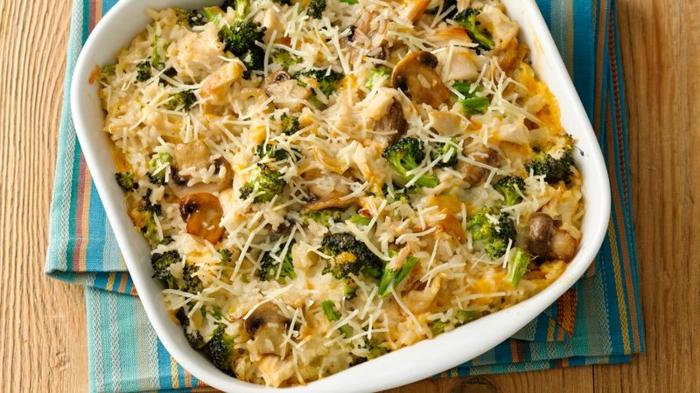 mittagessen rezepte ideen, leckere speise im backofen zubereiten fleisch, brokkoli, pilzen, käse, mozzarella