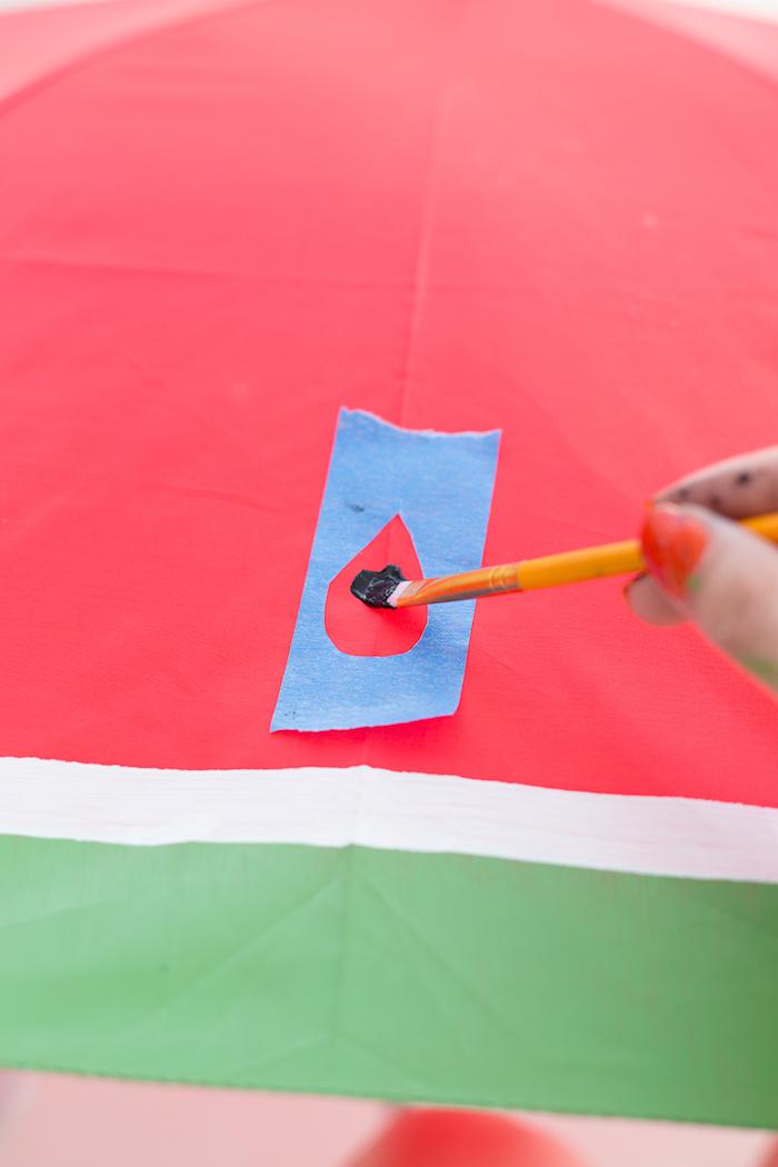 Wassermelone Regenschirm selbst gestalten, Kerne mithilfe Schablone aufzeichnen