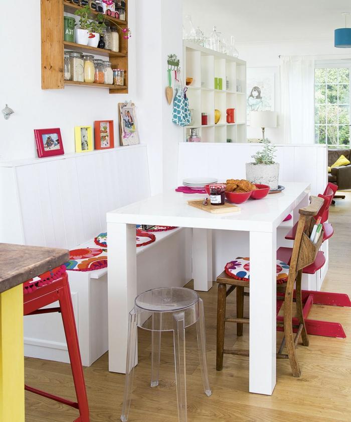 ein weißer Tisch mit roten Kissen, kleines Esszimmer, kleine Wohnung einrichten