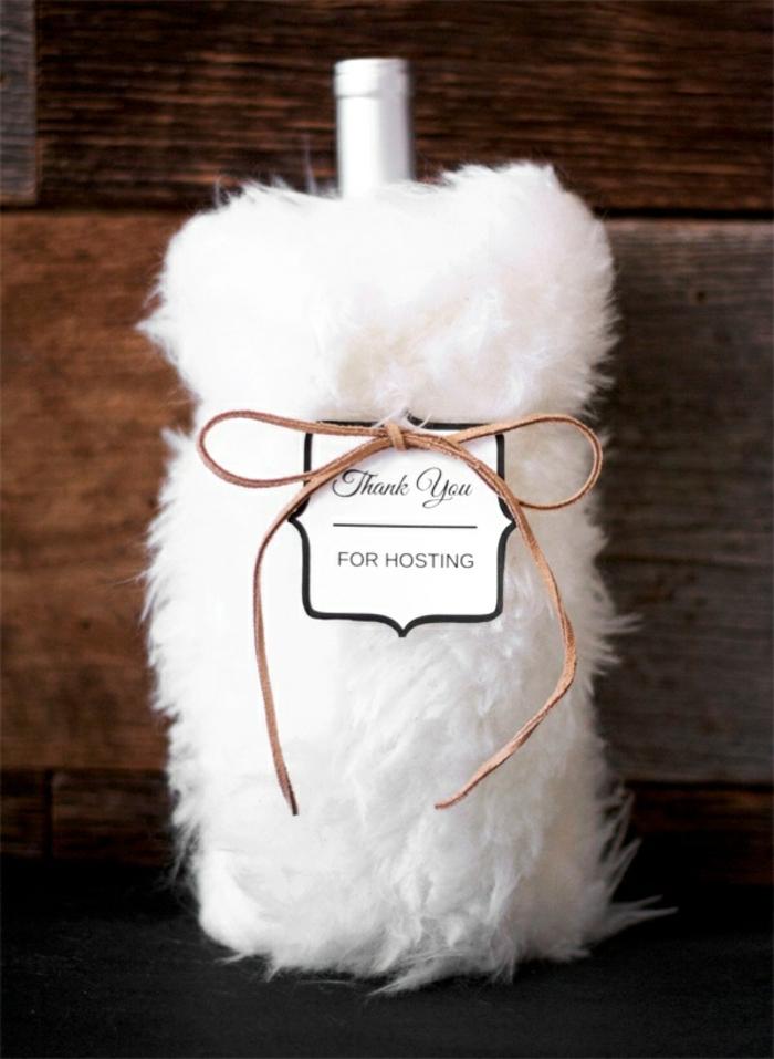 eine weiße Verpackung für Flasche, Flasche einpacken mit einer braunen Schleife