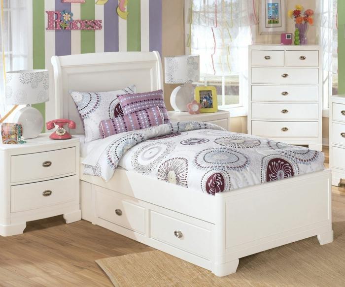 Jugendzimmer Für Mädchen, Weiße Regale, Laminatboden, Eine Aufschrift An  Der Wand, Jugendzimmer Kleine Räume ...