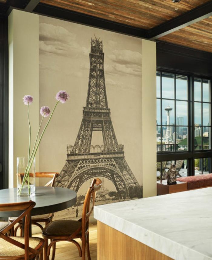 eine Tapete mit Eifelturm in schwarz weiß, Wandgestaltung Küche mit Farbe