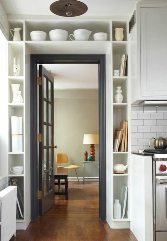 eine praktische Weise alles Geschir aufzubewahren, Wandgestaltung Küche mit Farbe