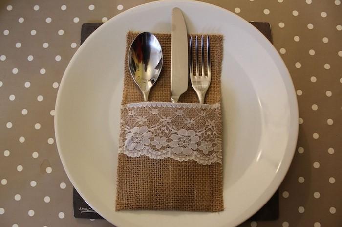 ein weißer teller mit einer braunen bestecktasche mit einem messer, einem löffel und einer gabel, eine bestecktasche nähen
