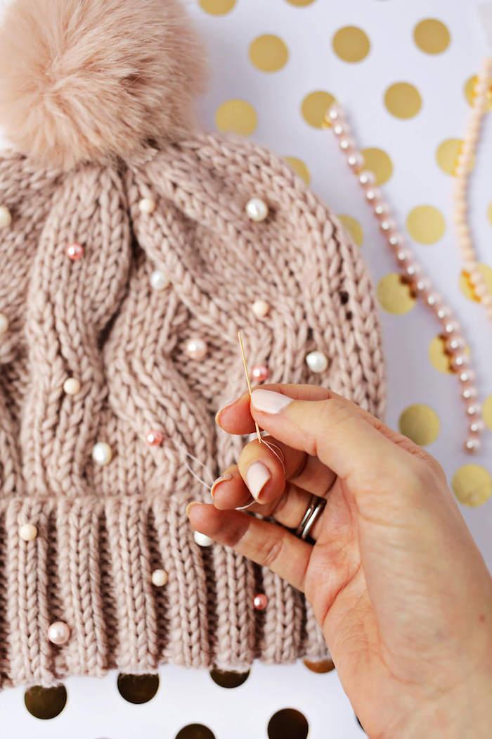 Mütze mit weißen und rosa Perlen verzieren, Schritt für Schritt Anleitung zum Nachmachen