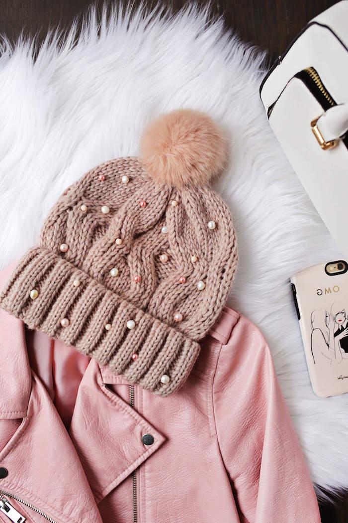 Strickmütze mit rosa und weißen Perlen, rosa Lederjacke, weiße Tasche