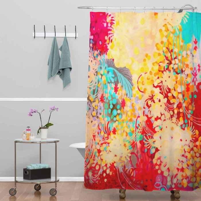 welche farbe passt zu grün im bad, baddesign in grau mit bunten dekorationen, badvorhang