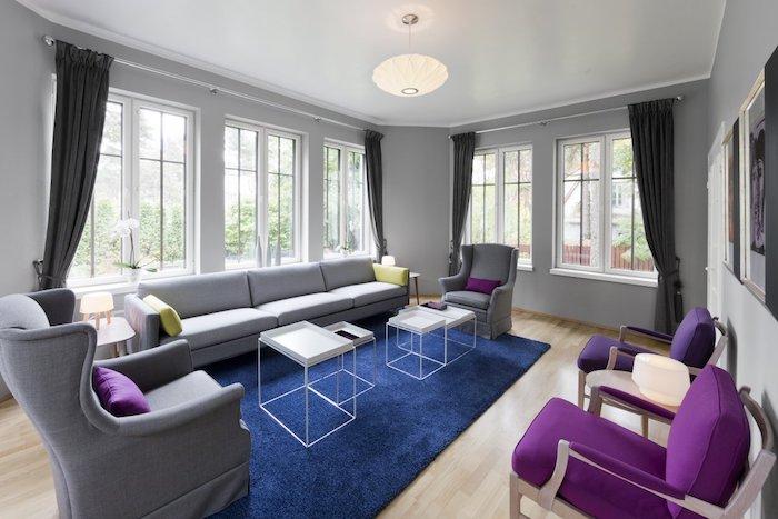 welche farbe passt zu grün, krasse farben, die kontrastieren schaffen modernen look in jedem zimmer, wohnzimmer in blau, lila, grüne deko und graue möbel