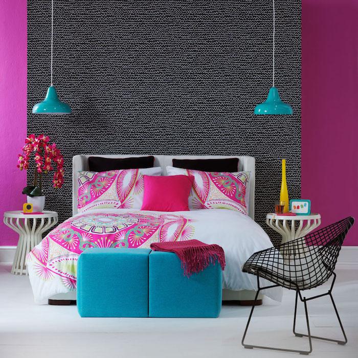 wandfarbe grau mit lila vorhängen, bettdesign, bettwäsche bunt. lila, blau, lampen, kissen und andere deko