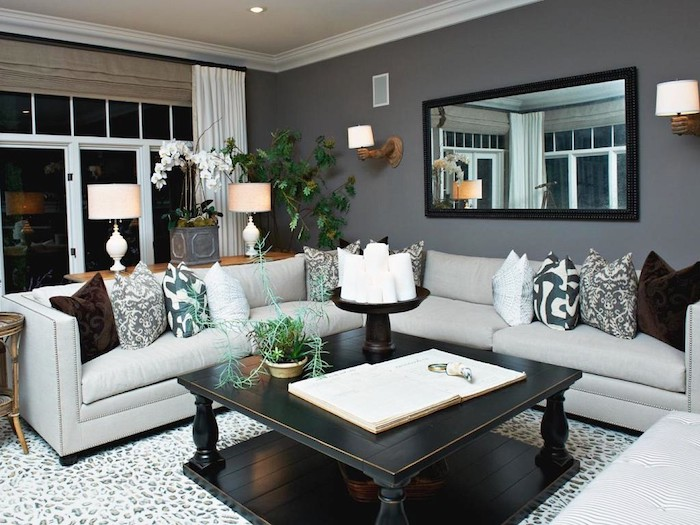 graue wandfarbe mit einem großen spiegel an der wand, wohnzimmer ideen zum nachmachen, tisch, sofa, kissen deko