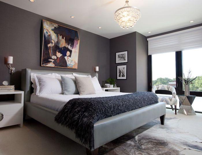 was passt zu grau, graues doppelbett mit bunter bild als wanddeko über dem bett, große fenster,