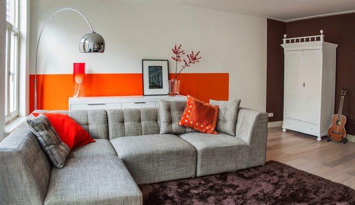 welche farbe passt zu rot und orange, designer idee für die wohnung einrichtung mit stil und geschmack, brauner teppich