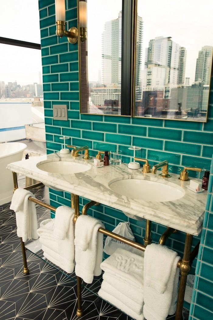 Badezimmer Inspiration, Fliesen in Türkis, kräftiger Farbton, Waschbecken aus Marmor, große Spiegel