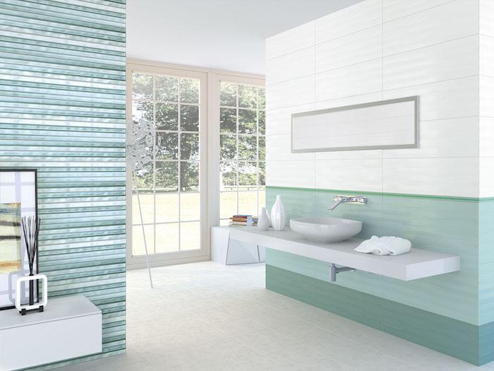 Badezimmer in hellen Pastellfarben, Fliesen in Weiß und Türkis, weißes Waschbecken