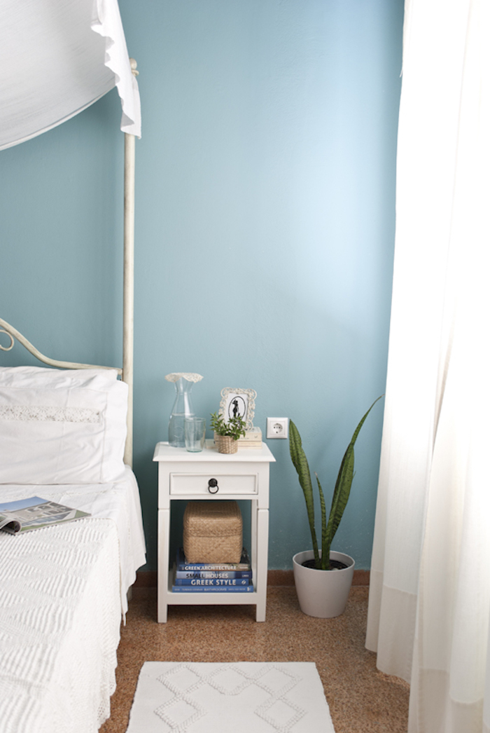 Schlafzimmer Wandfarbe Türkis, weißes Bett und weiße Vorhänge, Bett mit Himmel, Aloe in Blumentopf