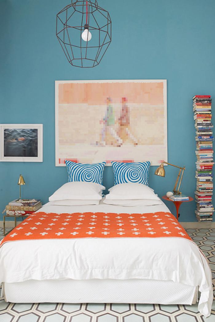 Schlafzimmer Wandfarbe Türkis, Turm aus Büchern, minimalistische Einrichtung