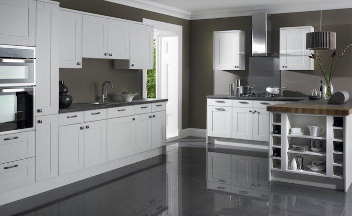 welche farbe passt zu rot, hier eignen sich einige rote dekorationen, küche in weiß und grau