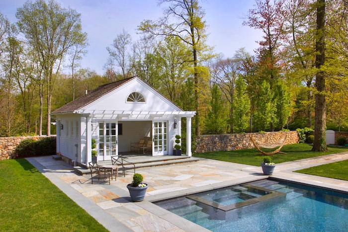 wie gestalte ich meinen garten, weißes gartenhaus, schwimmbad, fliesen aus naturstein
