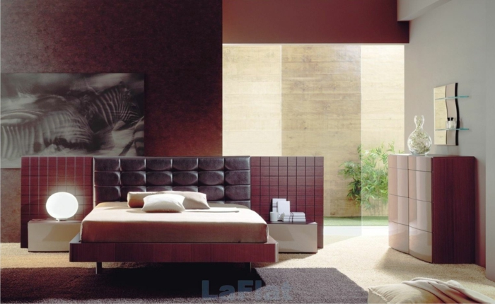 spiegel im schlafzimmer, ausgezeichneter stil, schlafzimmergestaltung in bordeaux und weiß, lampe