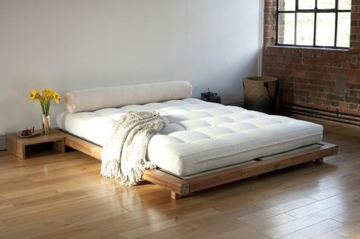 schlichtes raumdesign zu hause, welche farbe fürs schlafzimmer, gelbe blumen weiße matratze, palettenbett