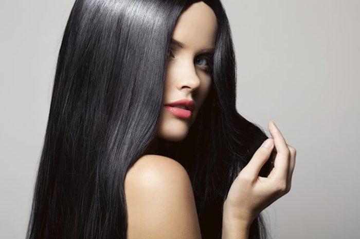 wie schnell wachsen haare, frau mit blauen augen, rosa lippenstift, haarfarbe mahagoni, pflege
