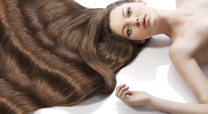 wie schnell wachsen haare, blaue augen, auf dem boden liegen, wasserwellen, haarpflege