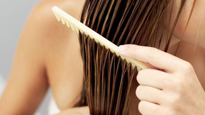 wie schnell wachsen haare, kamm aus plastik, hand, sich kämmen, nasse haare