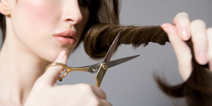 wie schnell wachsten haare, gewickelte haare schneiden, metallene schere, rosa rouge, frau