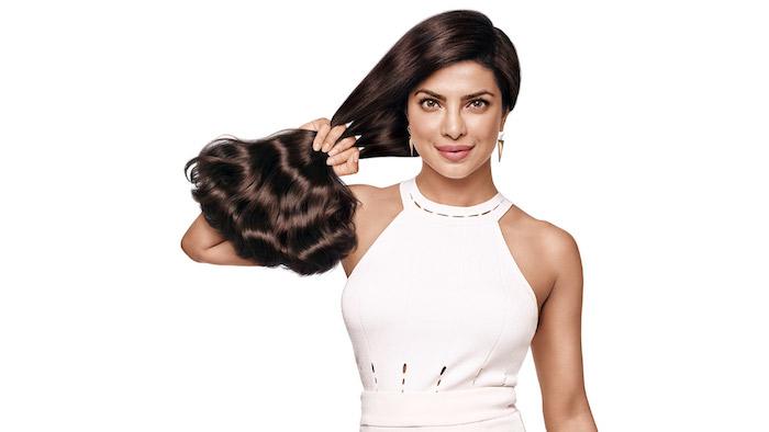 wie wachsen haare schneller, weiße hemdhose, goldene ohrringe, finger durch die haare fahren, haarfarbe mahagonni