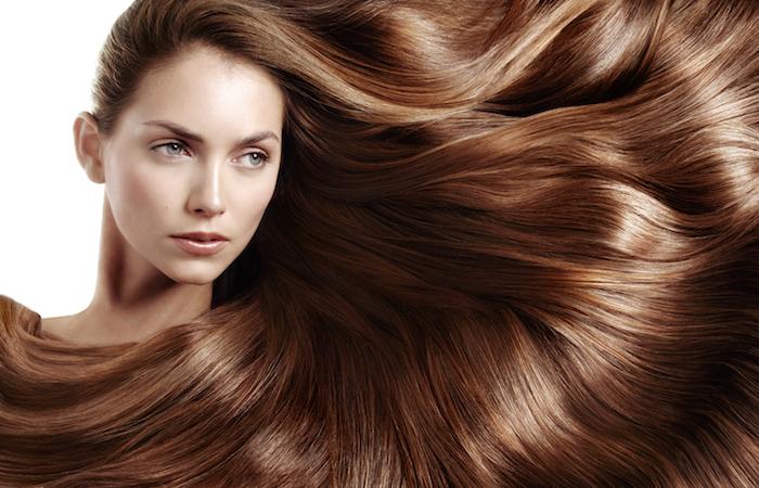 wie wachsen haare schneller, haarfarbe kaamell, frau mit blauen augen, haarpflege