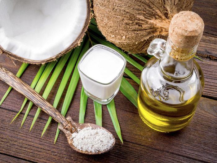 wie wachsen haare schneller, kanne mit olivelöl, bulgarischer joghurt, hölzerner löffel, kokos