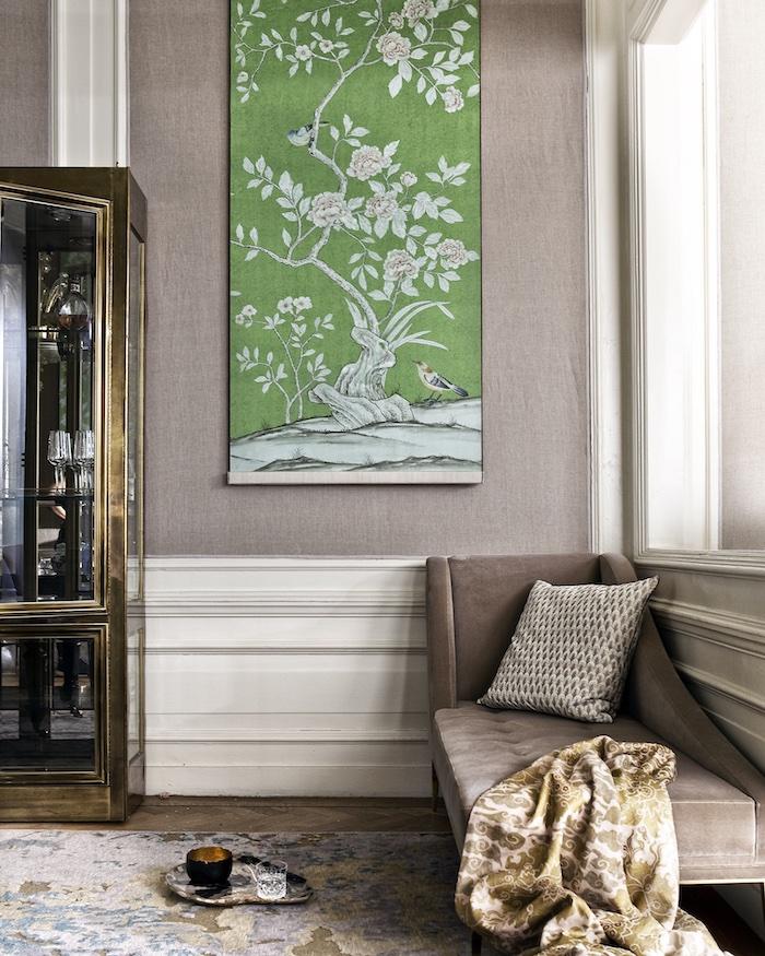 Wohnzimmer in Beige, Gemälde an der Wand, blühender Baum und Vögel, Sofa mit Deko Kissen