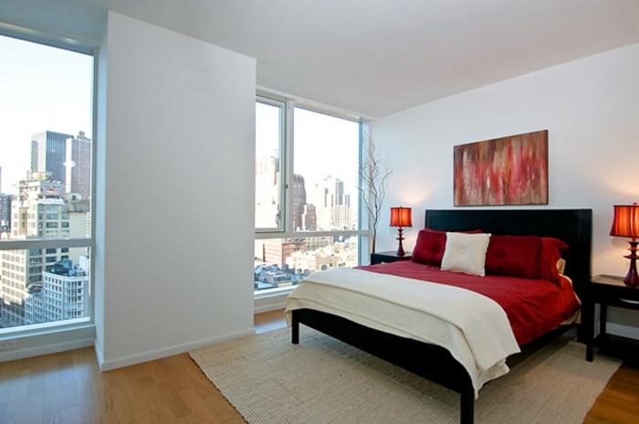 welche farbe fürs schlafzimmer, weiß als hauptfarbe und rote dekorationen, wohnung mit schönem ausblick über die stadt