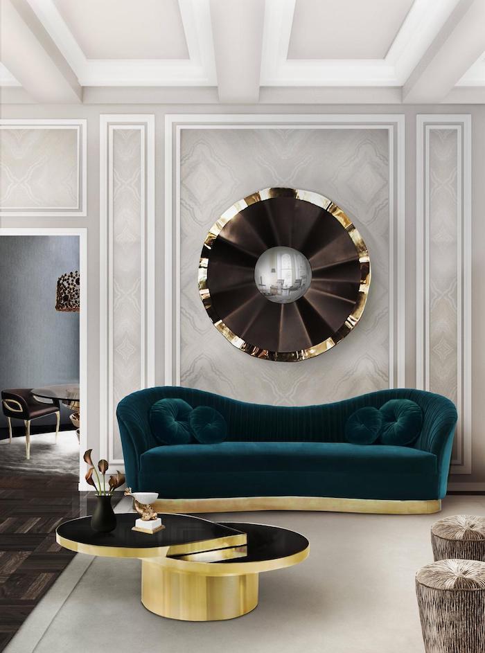 Edles Wohnzimmer, Sofa in Smaragdgrün, Wandfarbe Hellgrau, verspielter Couchtisch