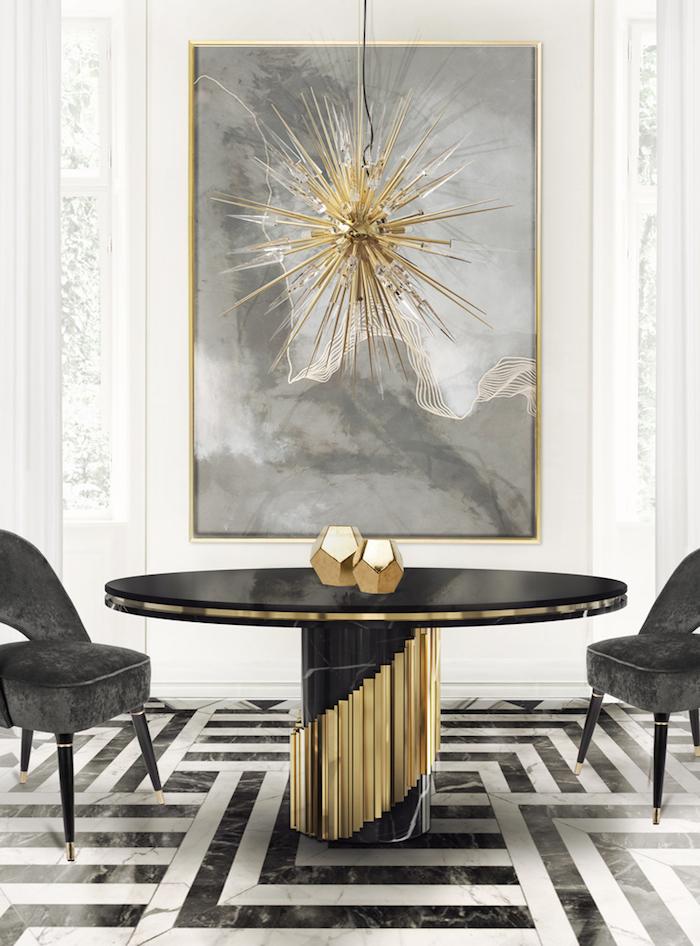 Wohnzimmer in Schwarz und Weiß, verspielter Kronleuchter, goldene Elemente