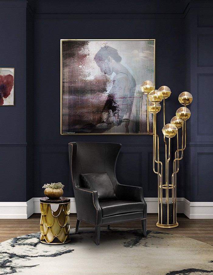 Schwarzer Ledersessel, Wandfarbe Schwarz, kleiner Couchtisch, Stehlampe mit runden Schirmen