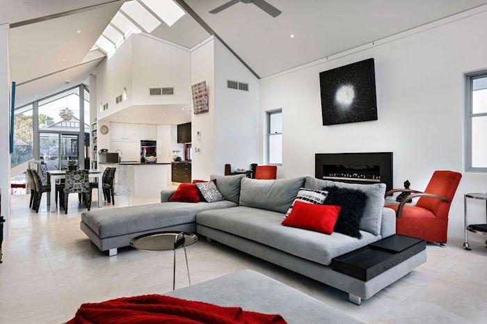 graues wohnzimmer mit roten akzenten gestalten und dekorieren ideen, großes sofa in grau, fernsehwand